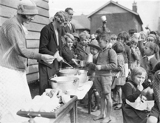 The Great Depression of the 1920s – Australian schoolchildren queue up for free soup